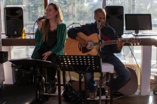 Het duo wat voor de mooie muziek zorgde Jennifer Terwel met Peter