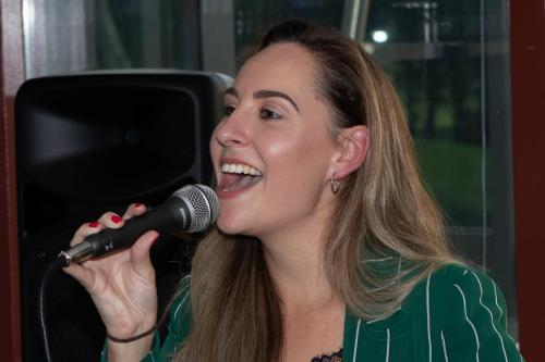 Jennifer jammer dat je haar stem niet kan horen. Kijk een op youtube Jennifer Terwel.