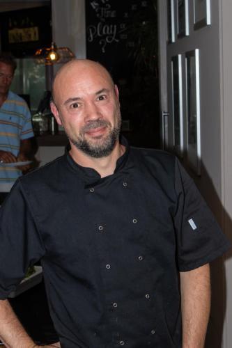 De kok presenteert het buffet